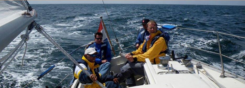 zeezeilen mensen op boot